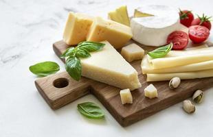 verschiedene Käsesorten und Snacks foto