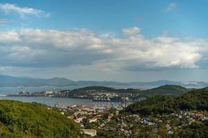 Stadtlandschaft mit Blick auf die Stadt und die Nachodka-Bucht foto
