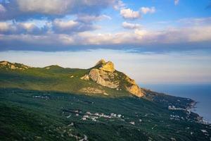 Blick auf die Naturlandschaft mit Bergen foto