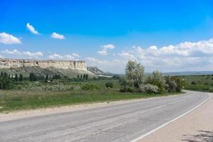 Die Straße führt an den Felsen von Ak-Kay vorbei - Sehenswürdigkeiten der Krim. foto