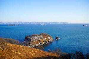 Seelandschaft mit Blick auf die Bucht von Nachodka und Schiffe foto