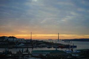 Stadtbild mit Blick auf den Sonnenaufgang. Wladiwostok foto