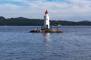 Seelandschaft mit Blick auf den Leuchtturm gegen das Meer. foto