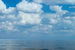 Seelandschaft mit schönen weißen Wolken foto