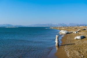 Meereslandschaft mit Blick auf den Strand der Bucht foto