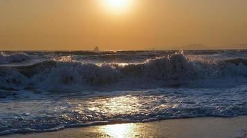Sonnenuntergang Seehorizont Frachtschiff Silhouette Landschaft. foto