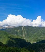 schöne Berglandschaft auf blauem Himmelhintergrund mit Wolken foto