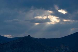 dramatischer Himmel über den Bergen. Sudak, Krim foto