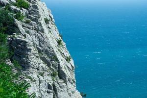 Landschaft mit einem Felsen auf dem Hintergrund des Meeres foto