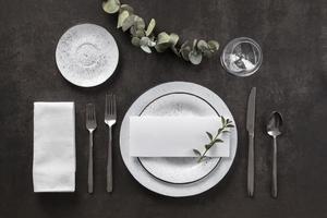 flach gedeckte Tischdekoration foto