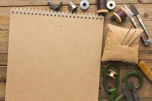 Draufsicht Notebook mit Scherenfaden foto