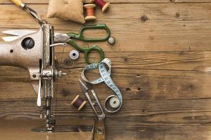 Draufsicht der Vintagen Nähmaschine mit Schere und Faden foto