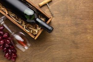 Draufsicht Weinflaschenglas mit Trauben und Kopierraum foto