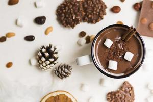 Tasse heiße Schokolade mit Zimt-Marshmallows foto