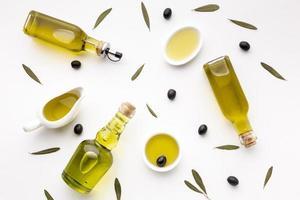 Olivenöl Untertassen und Flaschen foto