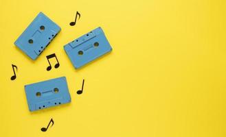 Radio-Konzept mit Vintage blauen Kassetten auf gelbem Hintergrund foto