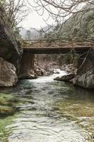 Brücke über einen Bach foto