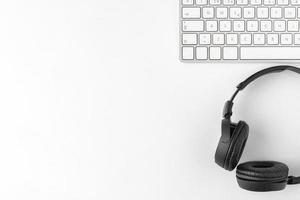 weißer Schreibtisch mit Kopfhörern und Kopierraum foto