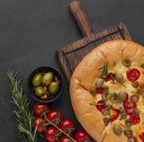 Focaccia-Brot mit Tomaten und Zwiebeln foto
