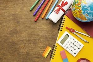 Draufsicht Notizbuch mit Schulmaterial und Kopierraum foto