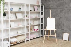 modernes helles Bücherregal mit Dekorationen foto