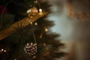 Tannenzapfen auf Weihnachtsbaum mit Kranzkugeln verziert foto