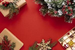 roter Hintergrund mit Weihnachtsdekorationen foto