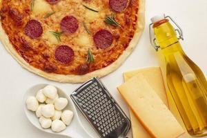 Pizza, Olivenöl und Parmesan foto