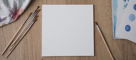 weißes Papier zum Malen mit Pinseln foto