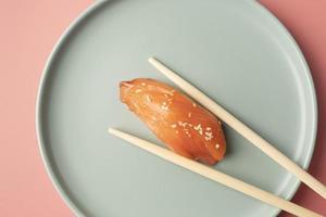 Sushi-Stück mit Stäbchen foto