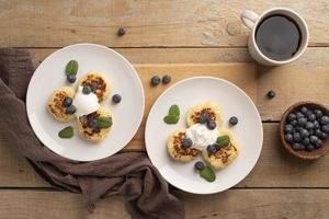 zwei Frühstücksteller mit Kaffee foto