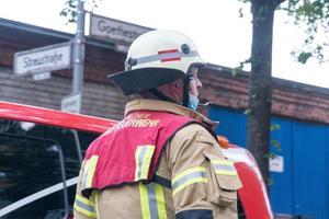 deutscher Feuerwehrmann bei der Arbeit foto