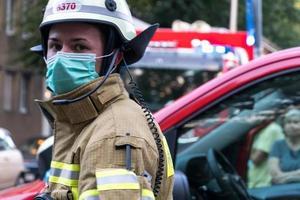 deutscher Feuerwehrmann mit medizinischer Maske foto