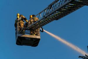 Feuerwehrleute löschen ein Feuer foto