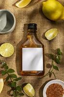 Schnapsflasche mit Limetten verspotten foto
