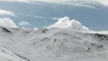 schöne Landschaft mit Bergen und Wolken foto