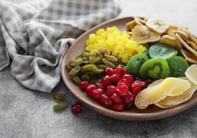Schüssel mit verschiedenen getrockneten Früchten foto