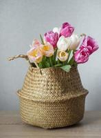 Korb mit bunten Tulpen des Frühlings foto