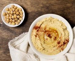 Draufsicht Schüssel Hummus mit Kichererbsen. schöne Qualität und Auflösung schönes Fotokonzept foto