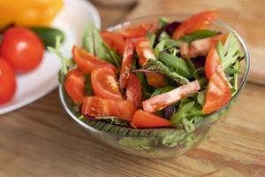 High Angle leckeren Salat in der Schüssel foto
