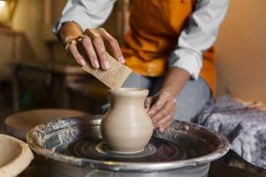 Person, die Keramik macht foto