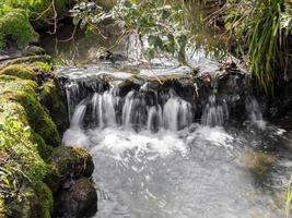 kleiner wasserfall im peasholm park scarborough england foto