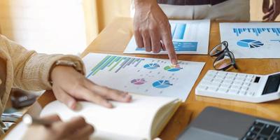 Treffen Sie Geschäftsleute aus nächster Nähe, um die Marktsituation zu besprechen. Geschäftsfinanzkonzept foto