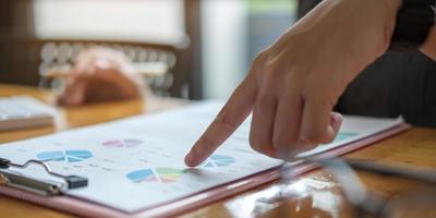 Unternehmensberaterin Anlageberaterin, die den Jahresabschluss des Unternehmens analysiert und mit Dokumentengraphen arbeitet. Konzeptbild von Geschäft, Markt, Büro, Steuern. foto