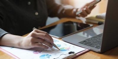 Business Man Investment Consultant Analyse des Jahresabschlusses des Unternehmens Bilanzbilanzierung mit Dokumenten Grafiken. Konzeptbild von Geschäft, Markt, Büro, Steuern. foto