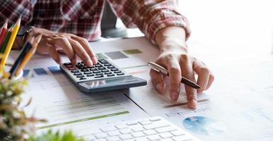 Geschäftsfrau, die in den Bereichen Finanz- und Rechnungswesen arbeitet, analysiert das Finanzbudget - Konzept von zu Hause aus. foto