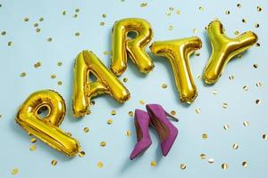 Draufsicht Party Luftballons und Schuhe foto