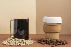 Tasse Kaffee mit Kaffeebohnen foto