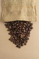 Stoffbeutel mit Kaffeebohnen foto
