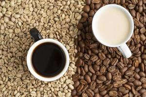 Tasse Kaffee und Kaffeebohnen foto